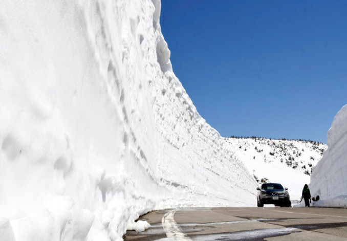 迫力満点の雪の壁が観光客を出迎える雪の回廊