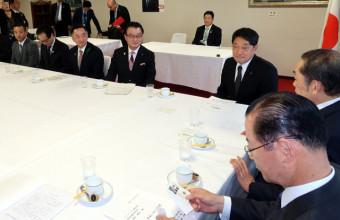 自民党でILC誘致の早期実現を要望する佐々木順一議長(左から4人目)ら
