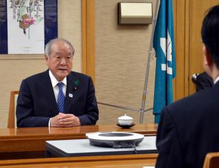 達増知事(手前右)を訪ね、桜田義孝氏の失言を謝罪する鈴木俊一五輪相