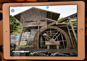 ガイドアプリの二番高炉復元映像。橋野鉄鉱山の往時の様子が一目で分かる