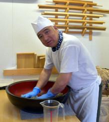 「こだわりの手打ち麺を味わってほしい」と語る浪岡良春店長