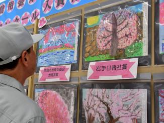 県内児童の力作が並ぶ作品展