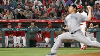 マリナーズ戦の5回、菊池雄星の投球をベンチから見るエンゼルス・大谷翔平(左から2人目)=共同
