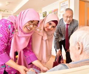 宮古市でグループホームの入居者と触れ合う(左から)シンタ・シラスワティ学長とデデ・クルニアティ看護学科長