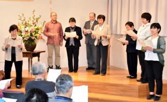 聴衆とともに賢治作品を朗読する賢治を読む会の会員