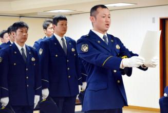 宣誓で迅速な人命救助へ決意を示す村上和之隊長(右)