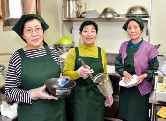 25日から島越駅内に「島越しおかぜ食堂」をオープンさせる中心メンバー。