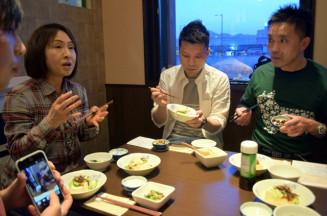 晴山千代さん(左)からキクラゲの栄養や調理法について学ぶ参加者