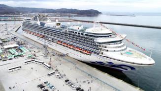 宮古港に初寄港した全長290メートルの大型クルーズ船ダイヤモンド・プリンセス=25日、宮古市磯鶏・藤原埠頭(本社小型無人機で撮影)