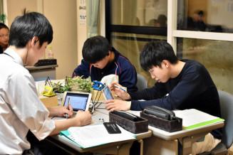 タブレット端末を利用して学習に取り組む葛巻高の生徒たち
