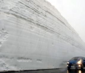 迫力ある最大約6・8メートルの雪の壁が観光客を迎える八幡平樹海ライン