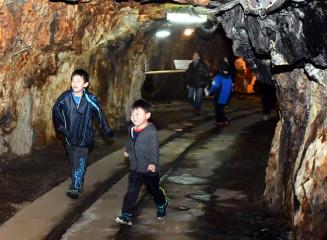 マンガン坑道跡を見学する子どもたち