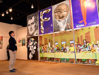 福田繁雄さんがデザインしたポスターが並ぶ企画展