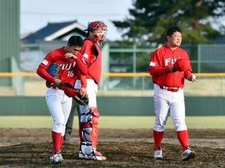 富士大-青森中央学院大 9回表に追加点を許し、投手交代を告げる富士大の豊田圭史監督(右)=花巻市・花巻球場