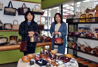 作品展を開いたいちご舎の小岩和子代表(左)と斎藤清香さん