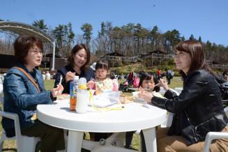開放的な雰囲気の中で飲食を楽しむ家族連れ