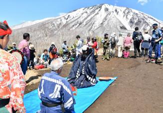 登山者が見守る中、鞍掛山の山頂で篠木神楽を奉納する保存会員