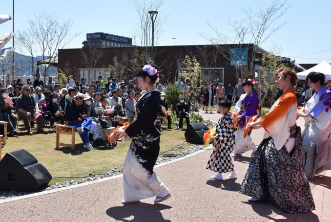 地元の現代舞踊団体「さすけ会」のショーを楽しむ来場者