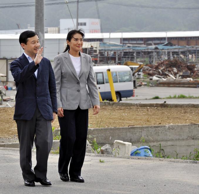 まだがれきが残る大船渡市大船渡町の状況を視察される新天皇、皇后両陛下=2011年8月5日(代表撮影)