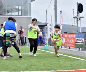 トライを目指してボールを運ぶ花崎隼斗君(右)