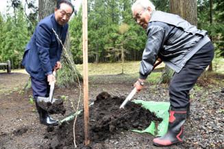 シダレザクラを植樹する参加者