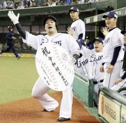 2回、本塁打を放ち、辻監督直筆の「祝令和初本塁打」のメッセージが入ったボードを手にポーズをとる西武・山川穂高=メットライフドーム