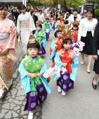 華やかな衣装で中尊寺境内を練り歩く稚児行列