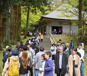 観光客でにぎわう中尊寺。金色堂には長い列ができた=2日、平泉町平泉