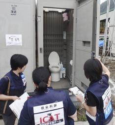 台風10号により大きな被害を受けた岩泉町で活動する「感染制御支援チーム」のメンバー=2016年9月(県提供)