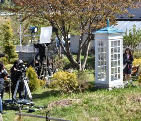 主人公「ハル」が風の電話を訪れるシーンを撮影するモトーラ世理奈さん(右)とスタッフら