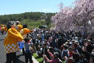 多くの来場者が参加した餅まき大会