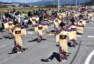 行列の道中で手踊りを舞う赤沢地区の参加者。12年ぶりに五年祭へ手踊りが帰ってきた=3日、大船渡市大船渡町