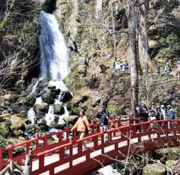 多くの観光客でにぎわう不動の滝