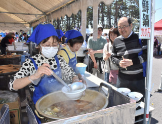 観光客らの人気を集めるホタテや魚のつみれ入り海鮮鍋