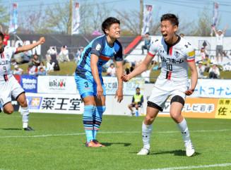 岩手-YS横浜 後半40分、2-1となる勝ち越しゴールを決め、雄たけびを上げるFW谷口海斗(右)=盛岡市・いわぎんスタジアム