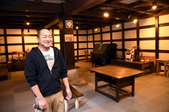 落語会を開く予定の蔵で「商店街に笑顔が集まる場所を作りたい」と意気込む筒井聖美さん