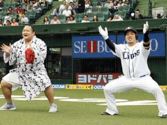 北勝富士(左)と一緒にポーズをとる西武・山川穂高=メットライフドーム