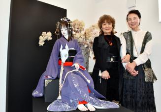 球体関節人形と並ぶ小野寺静さん(右)と大竹京さん