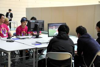 サッカーゲームの腕前を競う参加者