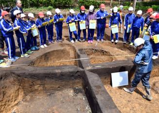 竪穴住居跡を見学する野田小児童