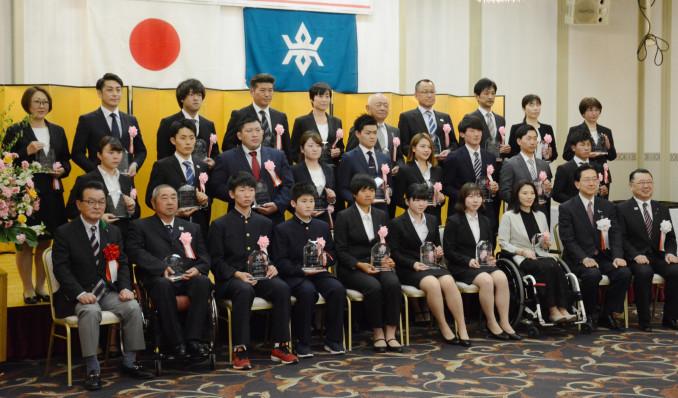 2018年度に優秀な成績を収めて県スポーツ賞を受賞した選手ら