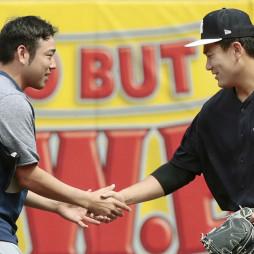 試合前、握手を交わすマリナーズ・菊池雄星(左)とヤンキース・田中=ニューヨーク(共同)