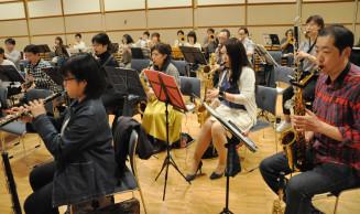 コンサートに向けて練習に励むパシフィック・ブラス・オルケスタの団員