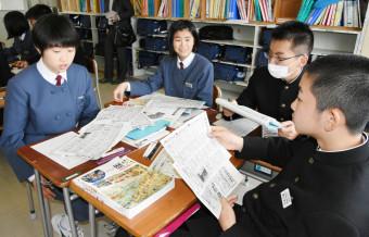 大正時代の岩手日報に掲載された第1次世界大戦の記事を読む上田中3年生
