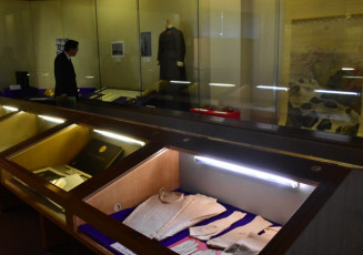 斎藤実と明治天皇とのゆかりの品を並べた企画展