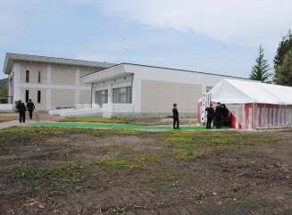 重症心身障害児・者の入所施設が増築されるみちのく療育園の敷地。奥は既存施設=9日、矢巾町煙山
