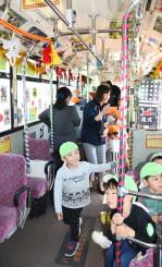 装飾したバスを見学する子どもたち