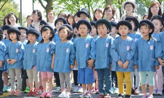声を合わせて誓いの言葉を述べる桜幼稚園の園児ら