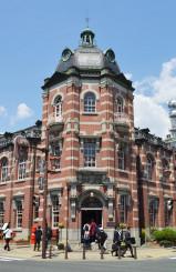連日大勢の観光客、修学旅行生らが訪れる岩手銀行赤レンガ館。本県産業の魅力を発信する拠点となる