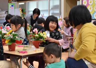 お母さんへの感謝の気持ちを胸に花を生ける子どもたち